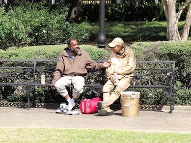 Zwei Straßenkünstler bei ihrer Pause