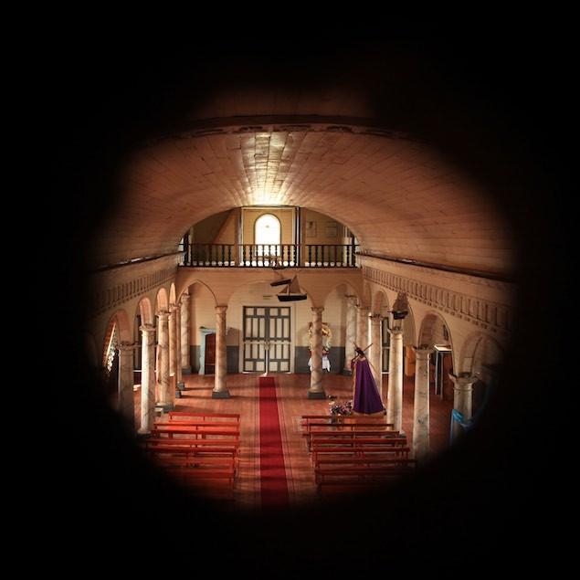 """Blick durch das """"Guckloch"""" in die Kirche"""