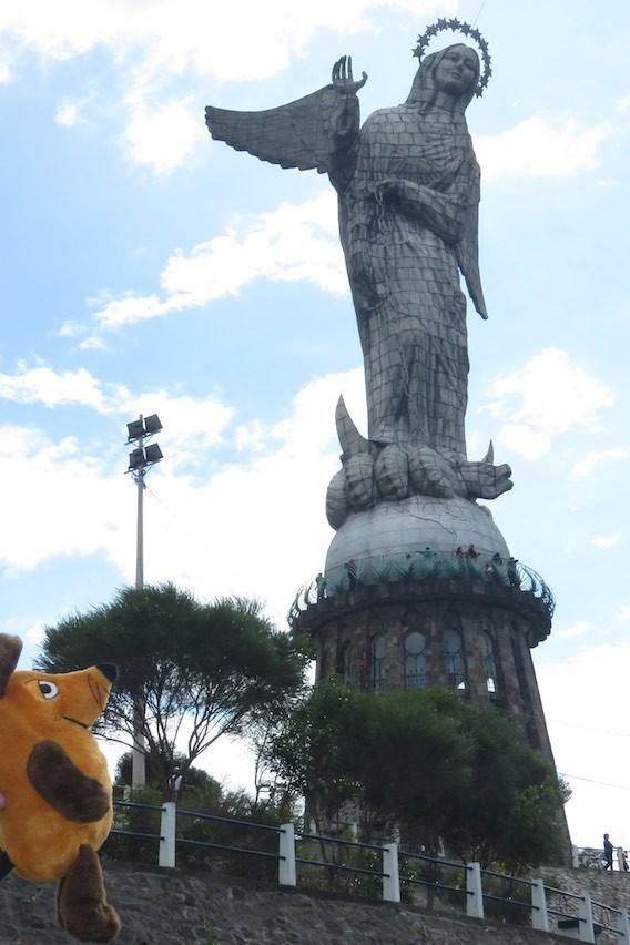 Vor der Statue der Mariana de Jesus - sie ist aus meiner kleinen Maus-Sicht ganz schön groß !