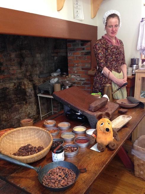 Maus läßt sich zum wiederholten Male die Herstellung von Trink-Schokolade zeigen.