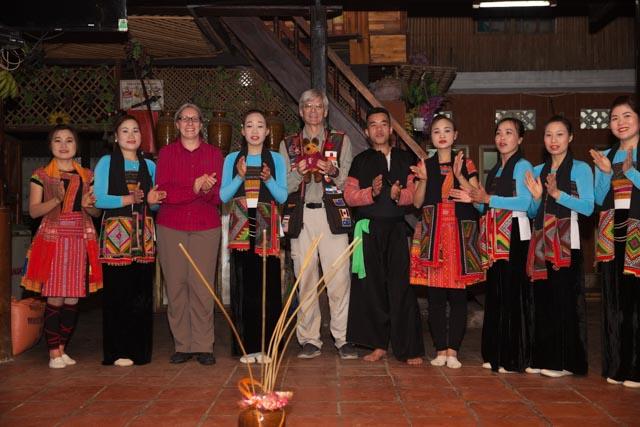 Nach den Tänzen gab es das obligatorische Gruppenbild mit Maus und anschließend Wein aus dem Tontopf (zum Trinken wurden die Bambusröhrchen im Bild genutzt)
