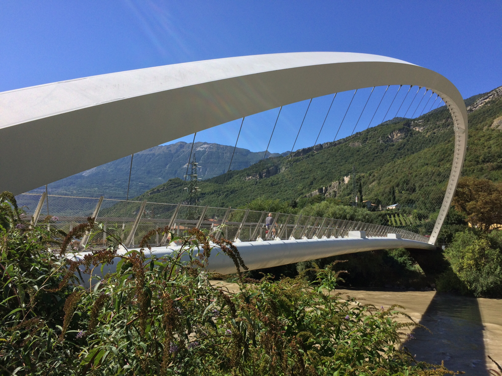 Über diese futuristisch anmutende Brücke über die Etsch führte unser Radweg