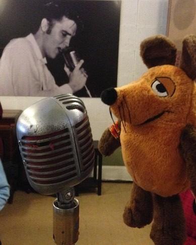 Maus singt in dasselbe Mikrofon wie schon Elvis 63 Jahre vorher.