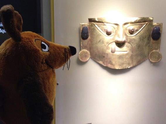 Maus bestaunt die alten goldenen Masken im Museum der Zentralbank