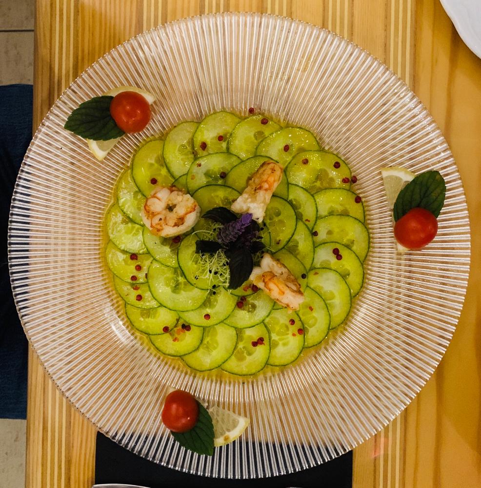 Krabben auf Gurkensalat als Vorspeise - das sieht nicht nur lecker aus !