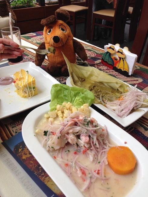 Maus läßt sich peruanische Köstlichkeiten schmecken.