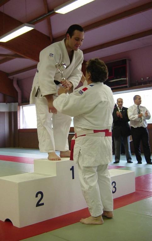 Vainqueur dans la catégorie plus de 81 kilos : Franck Mourao. C'est bien André Bourreau qui lui remet sa coupe.