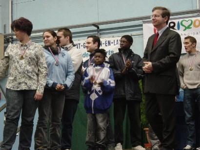 Le maire de Saint Germain en Laye, Emmanuel Lamy, remet les médailles à nos atlètes.