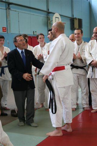 André GAYA, président de la Ligue des Yvelines de Judo remet sa ceinture à Pascal BOUROUMA