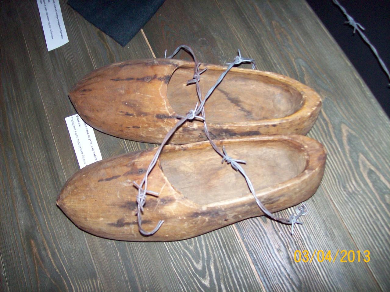 Дерев'яна пара взуття, що належала в'язневі концентраційного табору Біркенау
