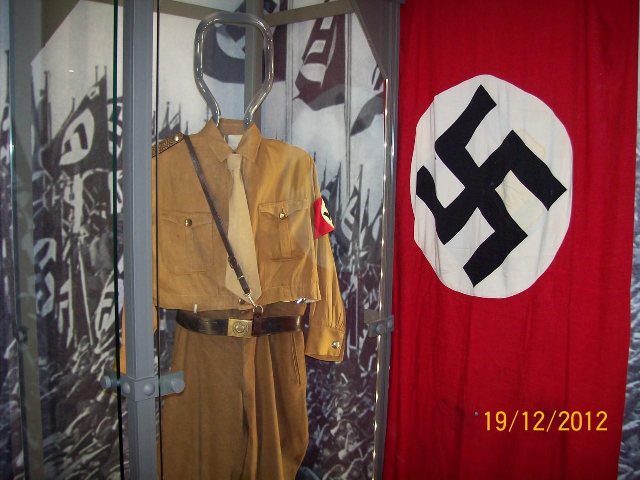 """Жахливе нагадування про історію Другої світової війни - форма """"Гітлерюгенд"""""""