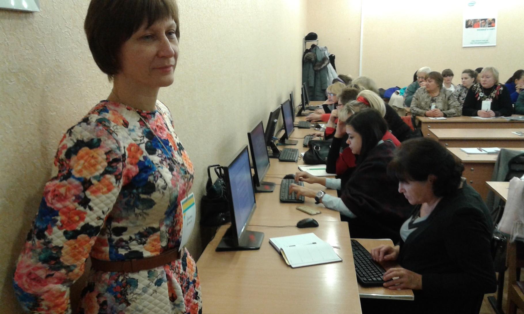 Спільними зусиллями учасників майстер-класу виконуються завдання з історії України