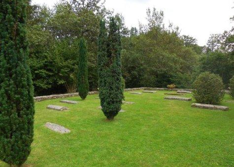 Lestards, pierres tombales de l'ancien cimetière, Clédat, correze, village abandonné, visite, randos, VTT, dos d'ânes, Cheval, fête des roses, cocquelicontes, fête du pain, maquis,