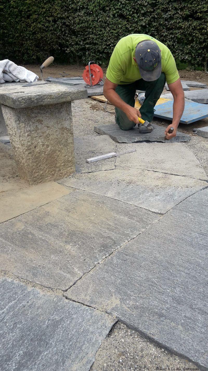 2017, Natursteine werden immer noch von Hand bearbeitet.