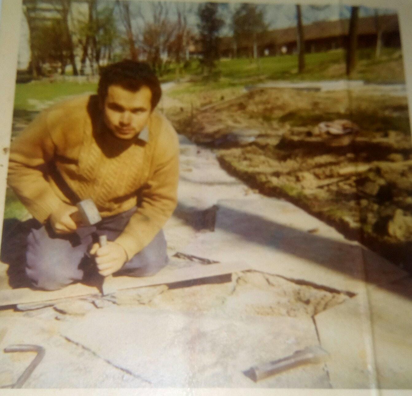 Irgendwann in den Siebzigern in Zuchwil.   R.T. bearbeitet die Natursteinplatten.
