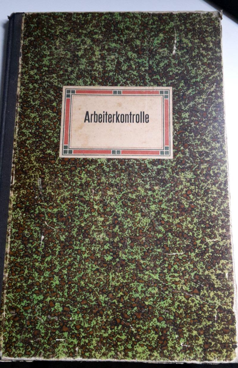 Im grünen Buch sind alle Mitarbeiter...