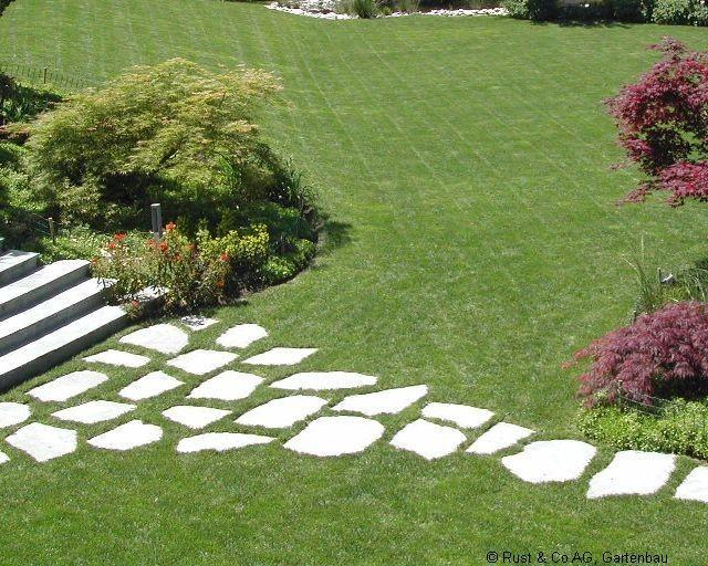 Schrittplatten im Rasen