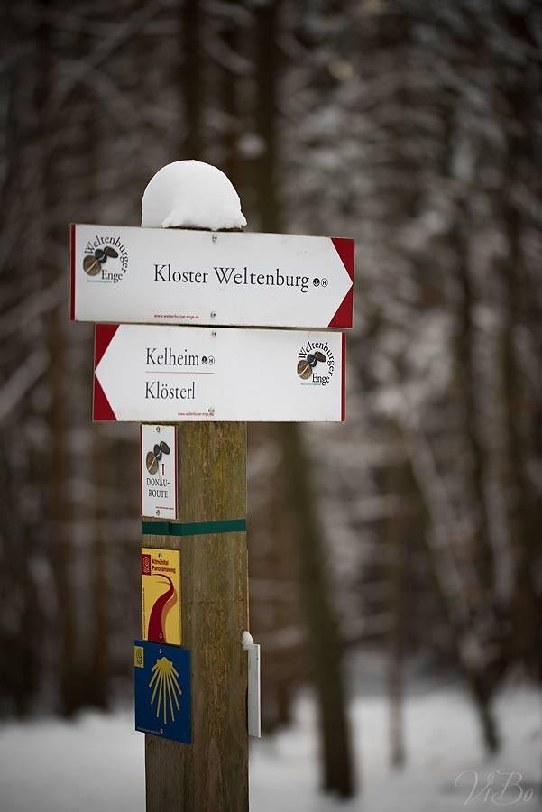 Wegweiser bei Kloster Weltenburg.