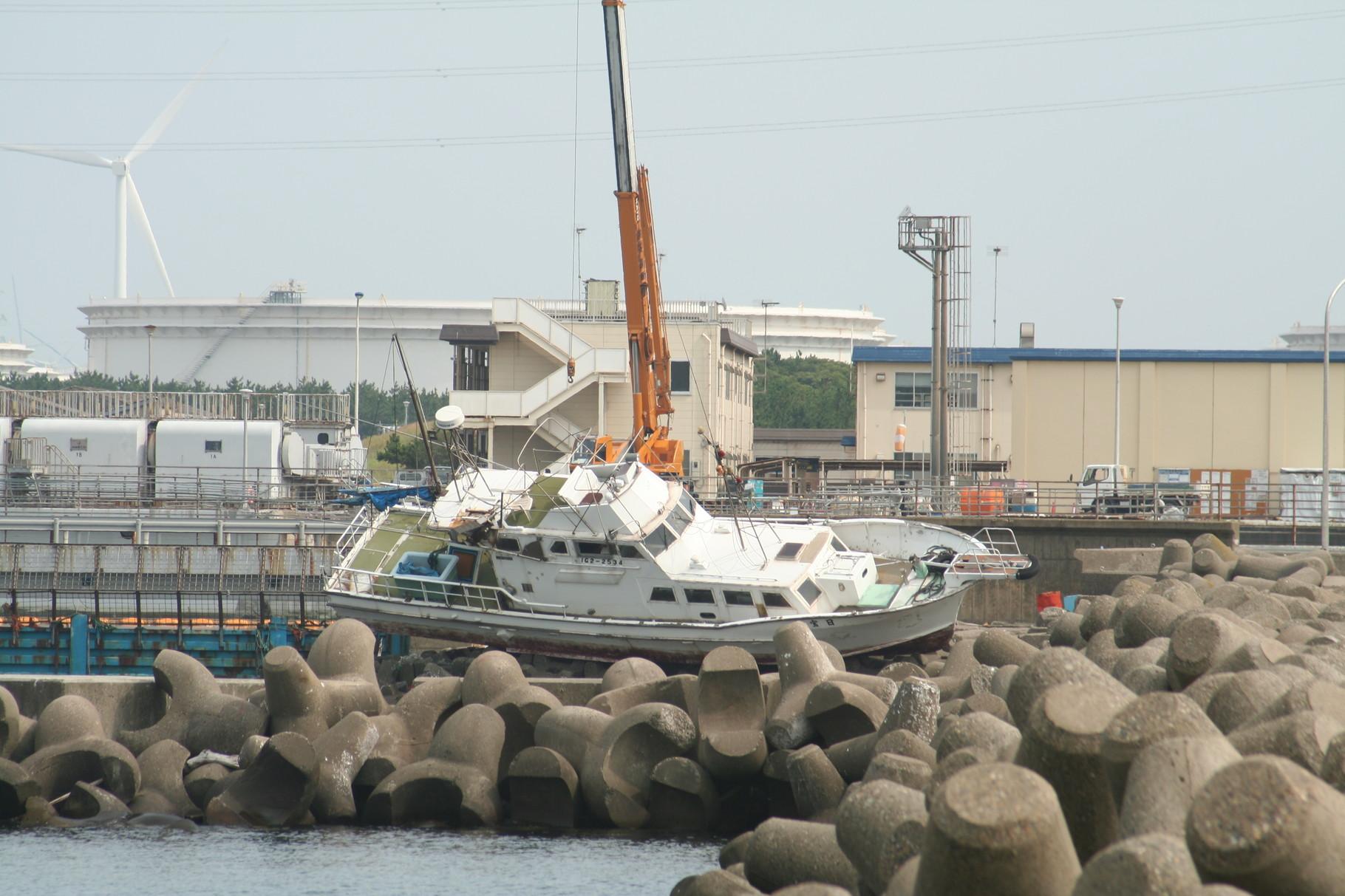 津波で打ち上げられたボート2。鹿島港。