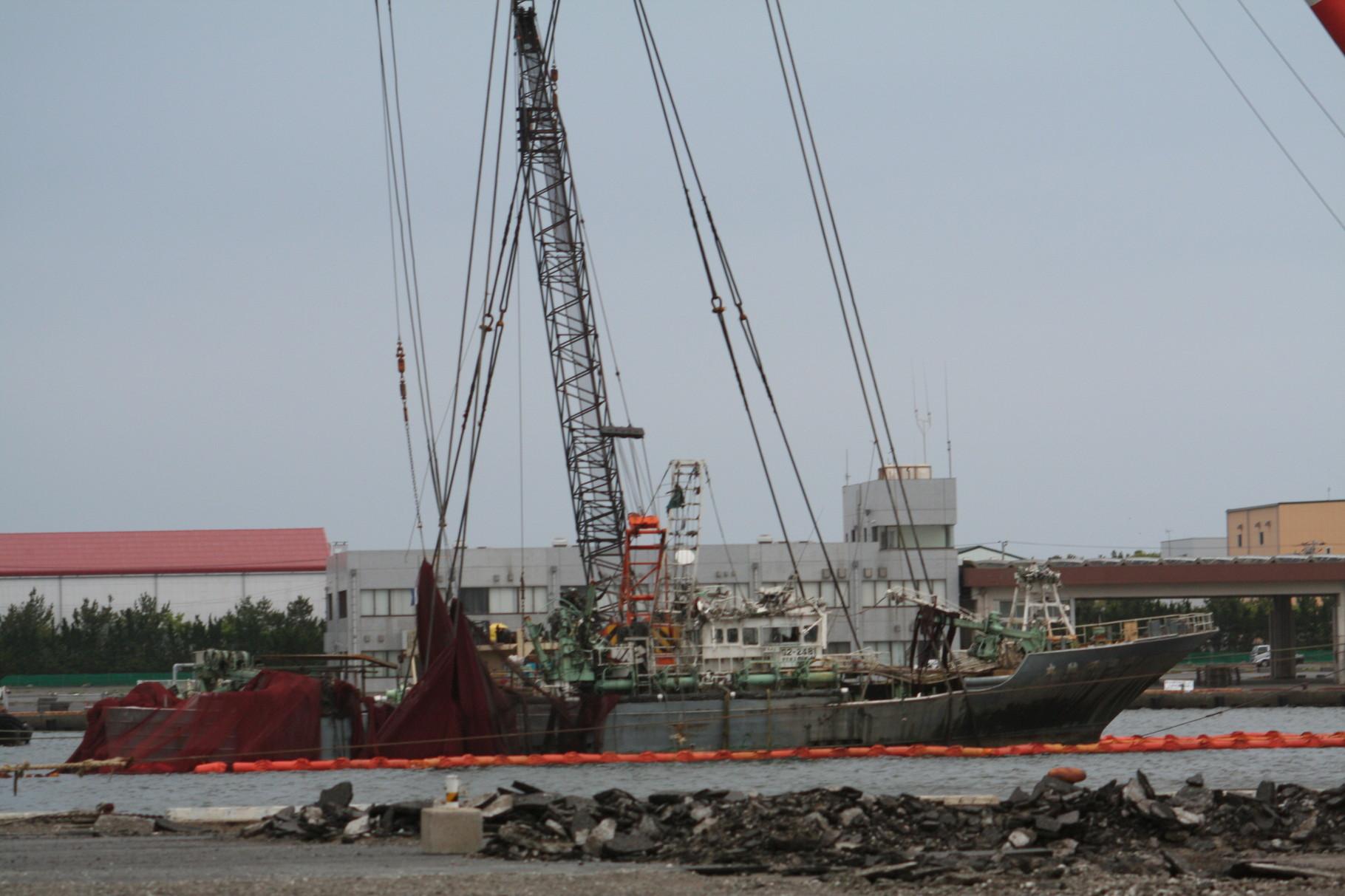 津波で沈んだ漁船の引き上げ2。波崎港。