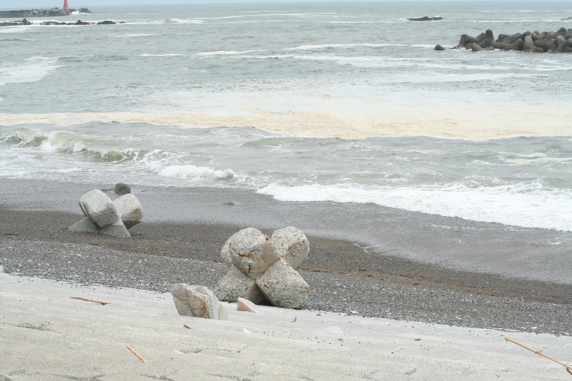 沖の波消しブロックが、こんなところまで1。