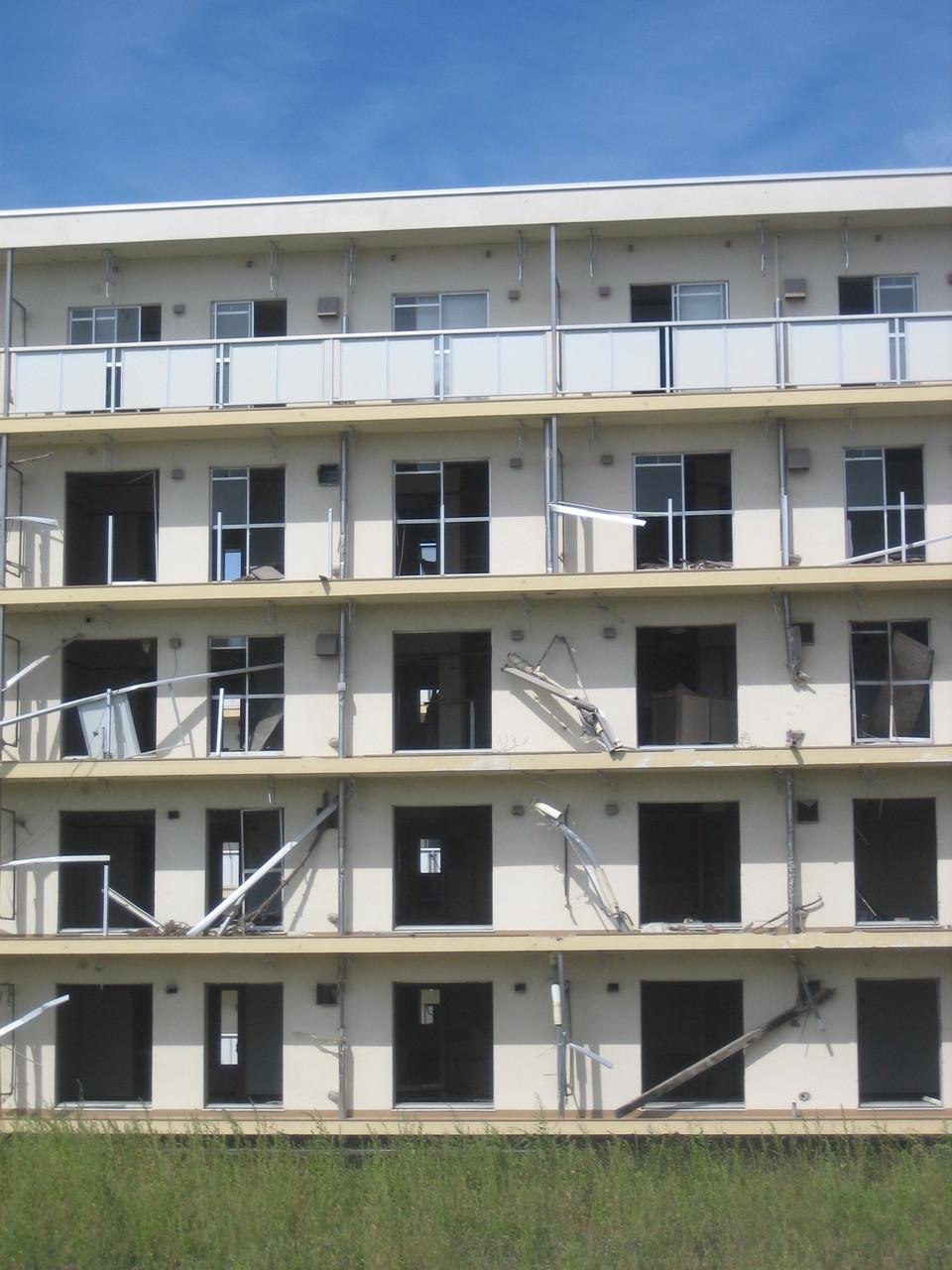 5階建ての4階まで津波に襲われたのがわかる。これは東北の光景です。