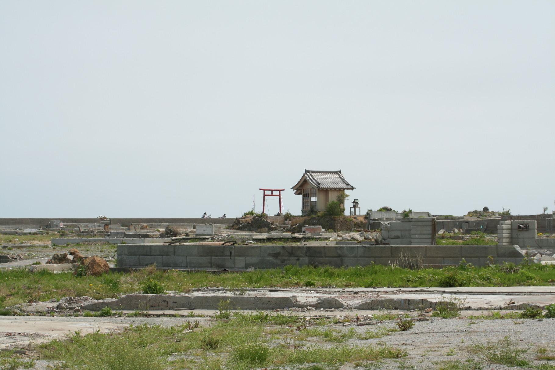 街は消え、神社だけが残った。