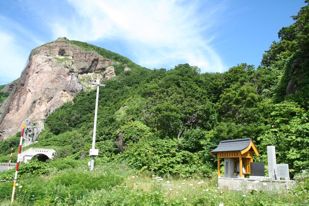 慰霊碑と白糸トンネル