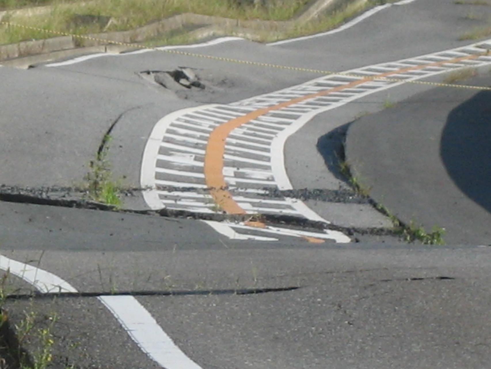 割れて歪んだ海岸道路3。那珂湊。