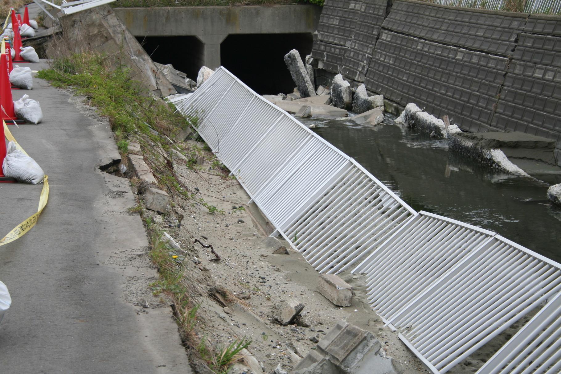 崩壊した用水路1。鹿島港。