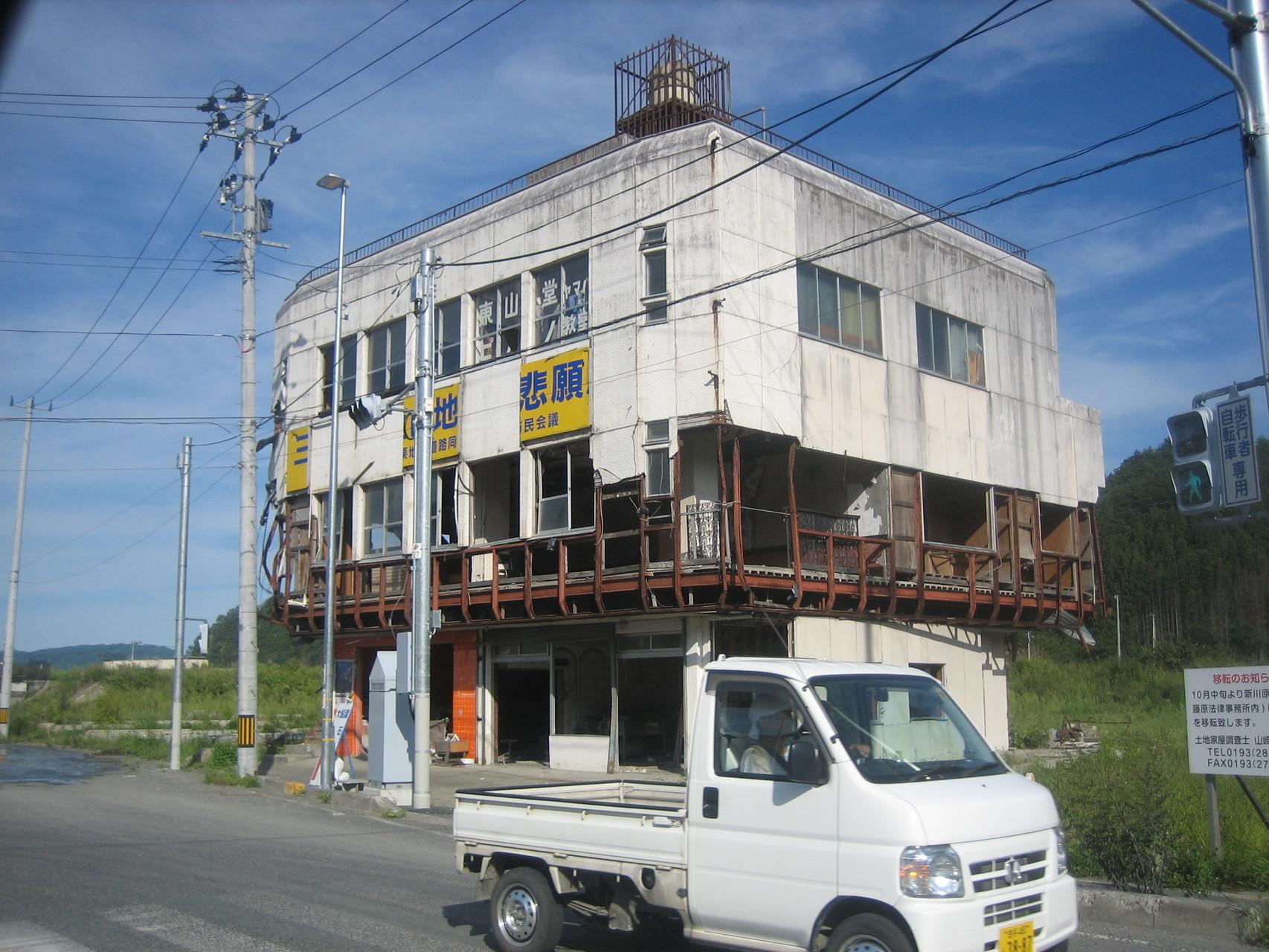 二階まで津波が通り抜けた建物。東北にて
