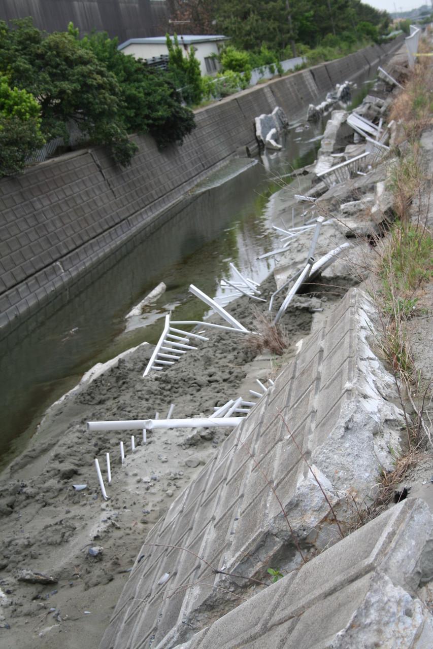 崩壊した用水路2。鹿島港。