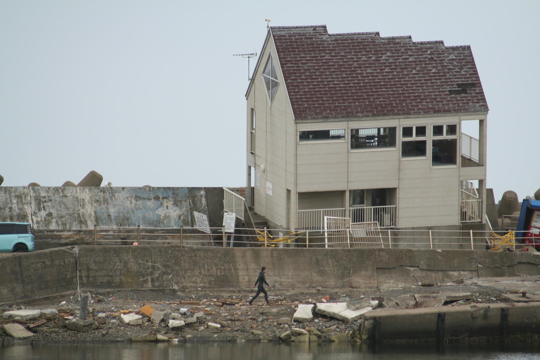 津波で破壊された施設。鹿島海釣り公園。