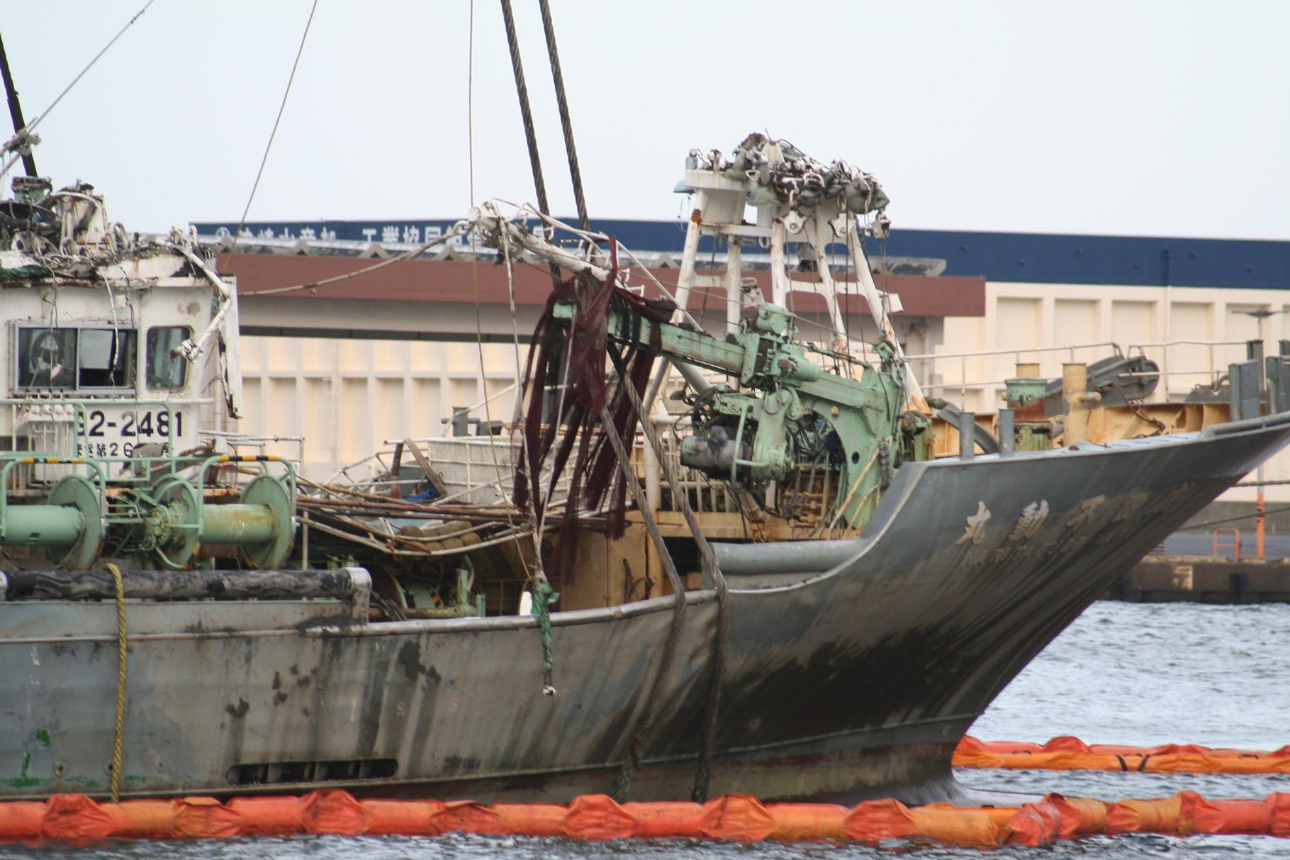 津波で沈んだ漁船の引き上げ1。波崎港。