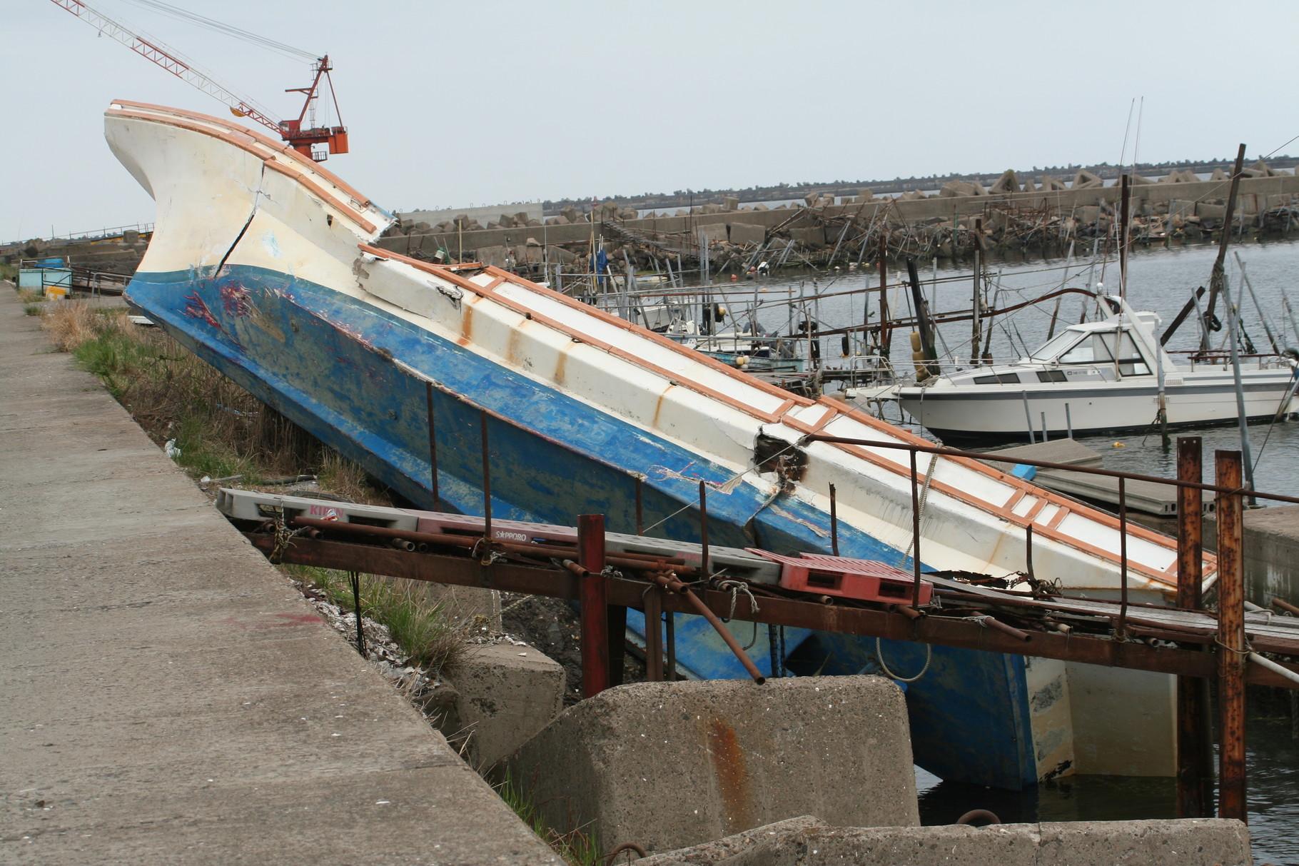津波で打ち上げられたボート1。鹿島港。
