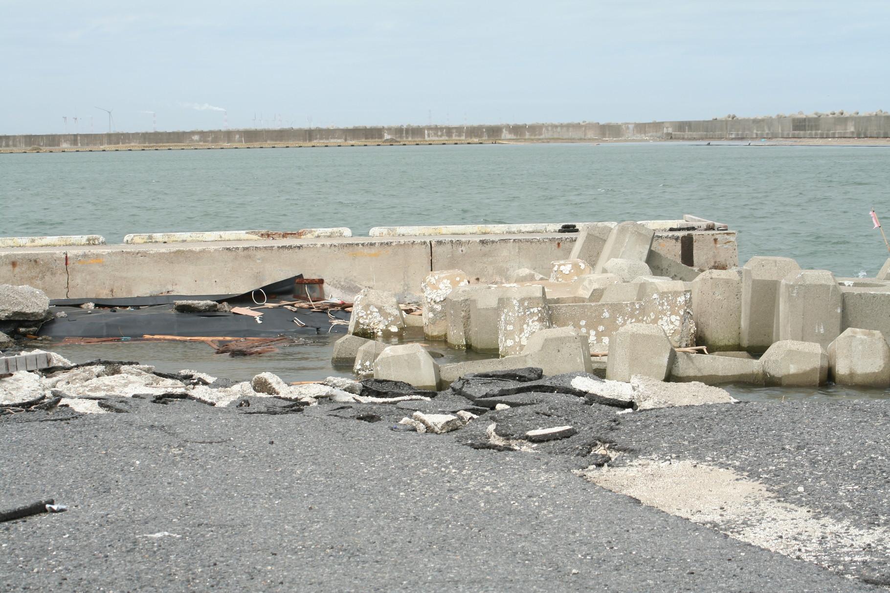 破壊された港のブロック。波崎港。