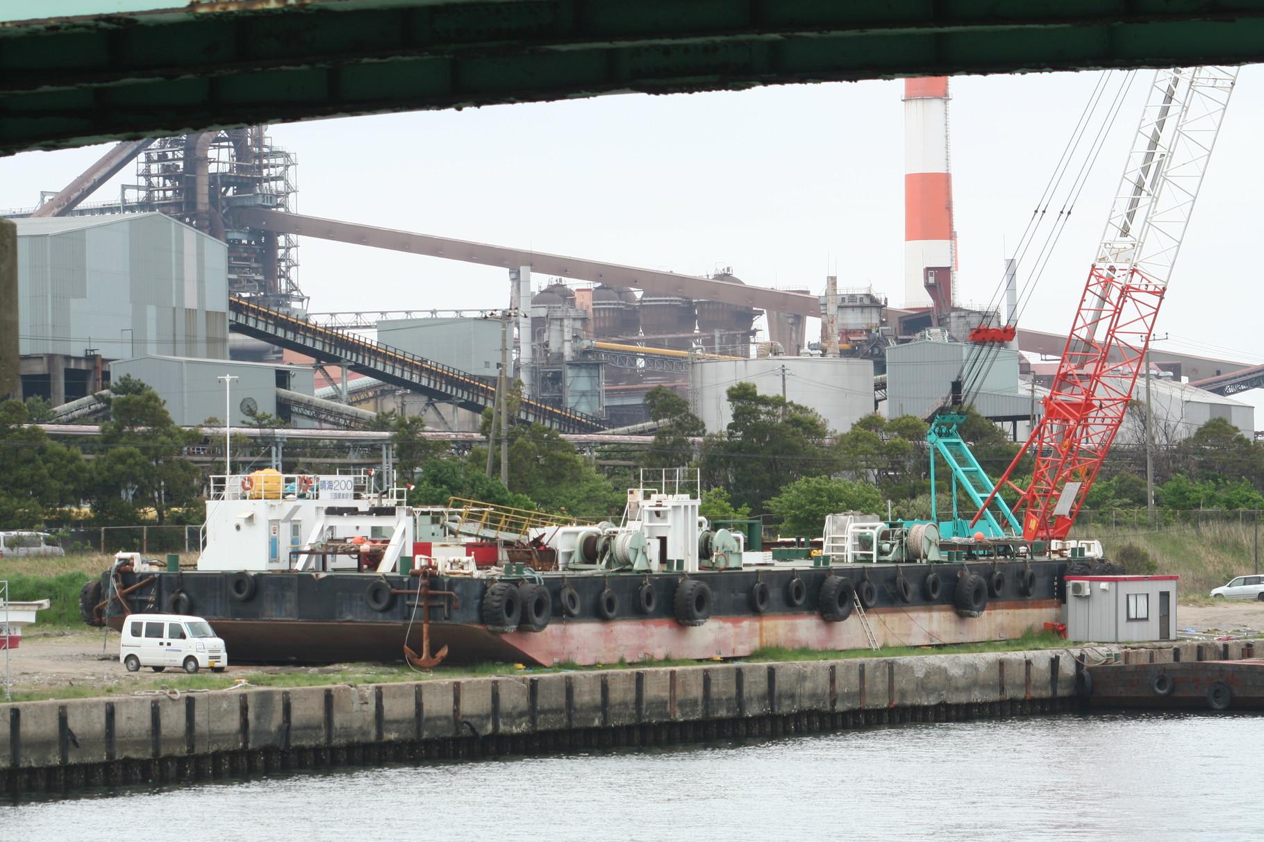 津波でクレーン台船が陸に上がってしまった鹿島港