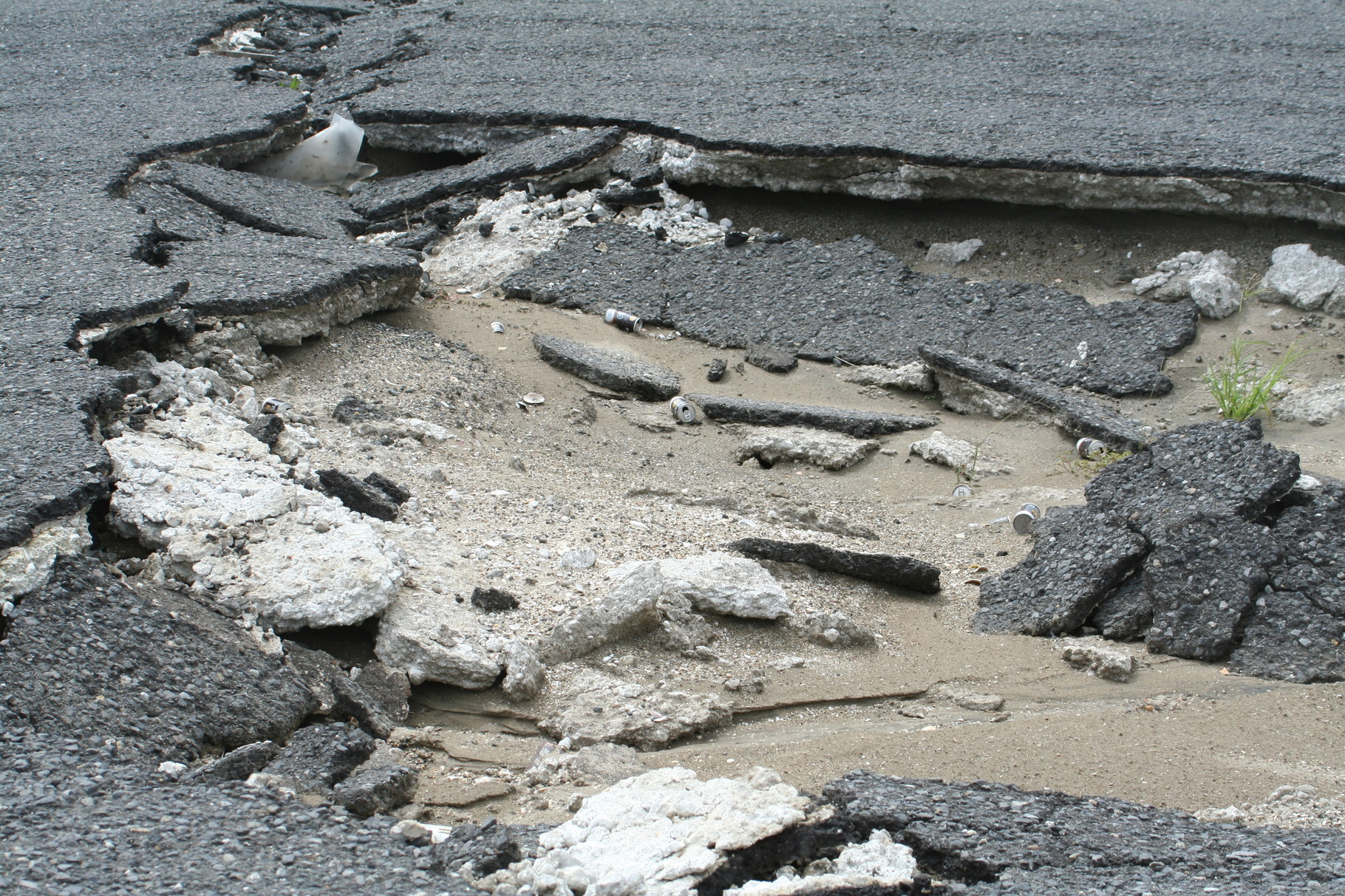 地震で割れ、津波でめくれたアスファルト。波崎港。