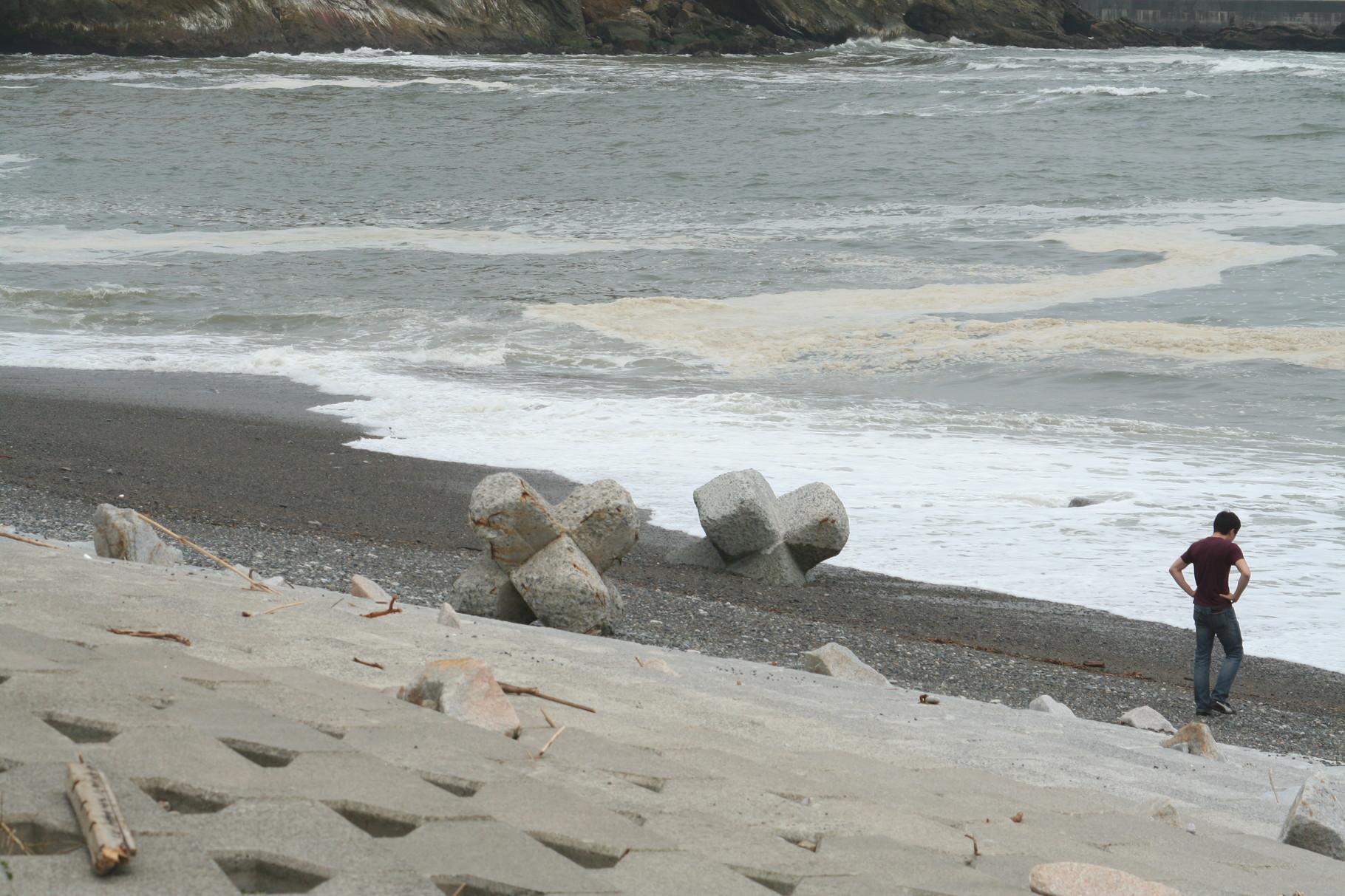 沖の波消しブロックが、こんなところまで2。