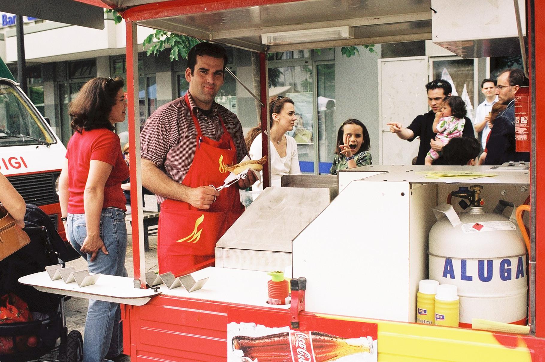 Venda de salsichas alemãs em festa portuguesa, 2003