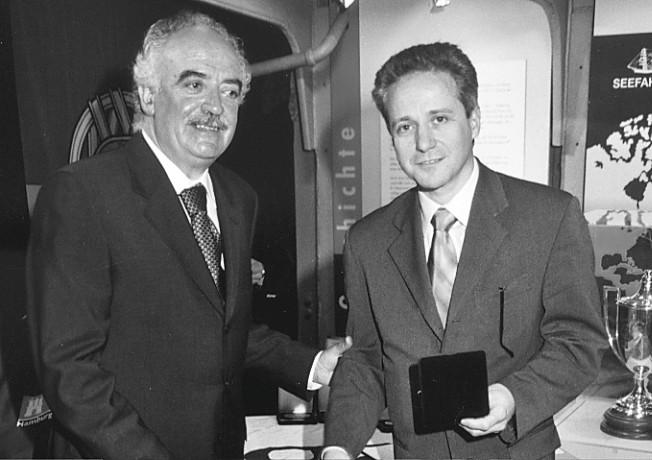 Duarte Branco (à direita)  homenageado pelo PP e João Rui Gaspar de Almeida, Secretário de Estado das Comunidades Portuguesas, 2000