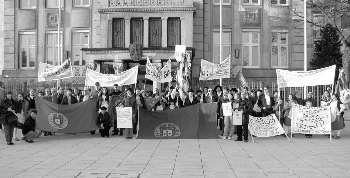 Manifestação em Dusseldorf contra o encerramento dos consulados, 2003