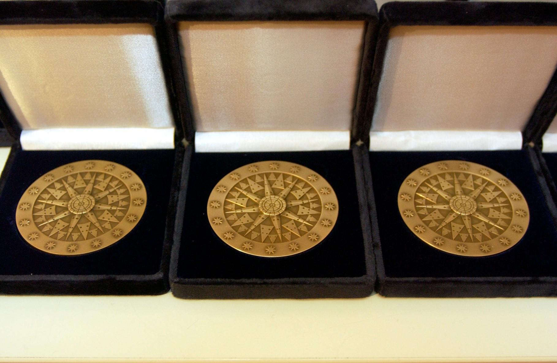 Aspecto da medalha Portugalesa do PP para agraciar individualidades da Comunidade atribuida pela primeira vez em 2000