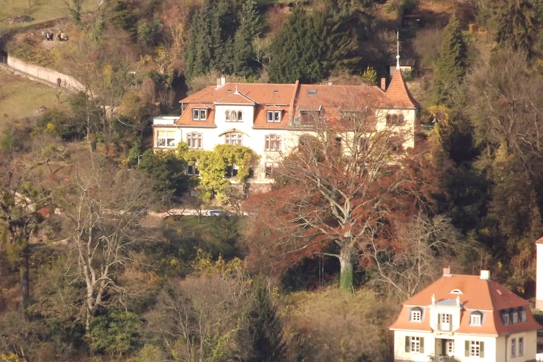 Doppelhaus in Heidelberg am Hang des Heiligenbergs, das in den 1880-er Jahren der Archäologe Friedrich von Duhn erbaute. In  dieser Lage ist das Doppelhaus heute ca. 4.000.000€ wert samt gr. Garten bis zum Schlangen- und Philosophenweg