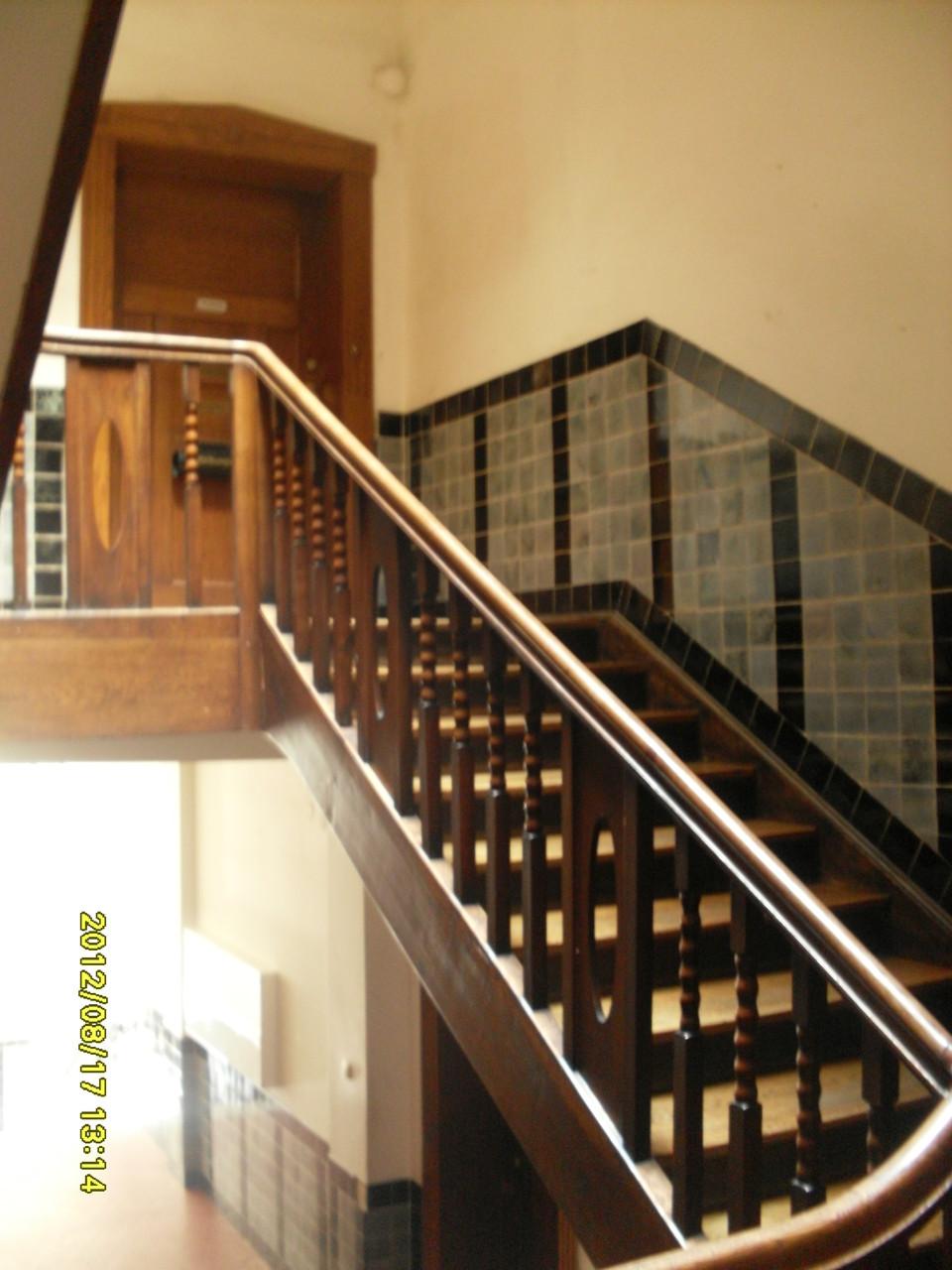 Treppenhaus, Eingangstüre zur 222qm-8 Zi.-Whg., die zuvor dem Maler und Kunstprofessor Fritz Burger gehörte.