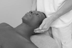 Abtasten der Halswirbelsäule und der Atlasquerfortsätze