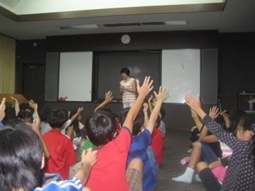 日本人小学校での「誕生学」講演の様子。子ども達は真剣に話に聞き入ります。