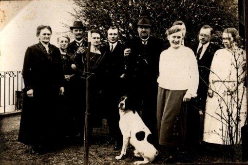 Familie Bosse hinter neu gesetztem Apfelbaum, Robschütz 1926, Foto: Nachlass K. Bosse