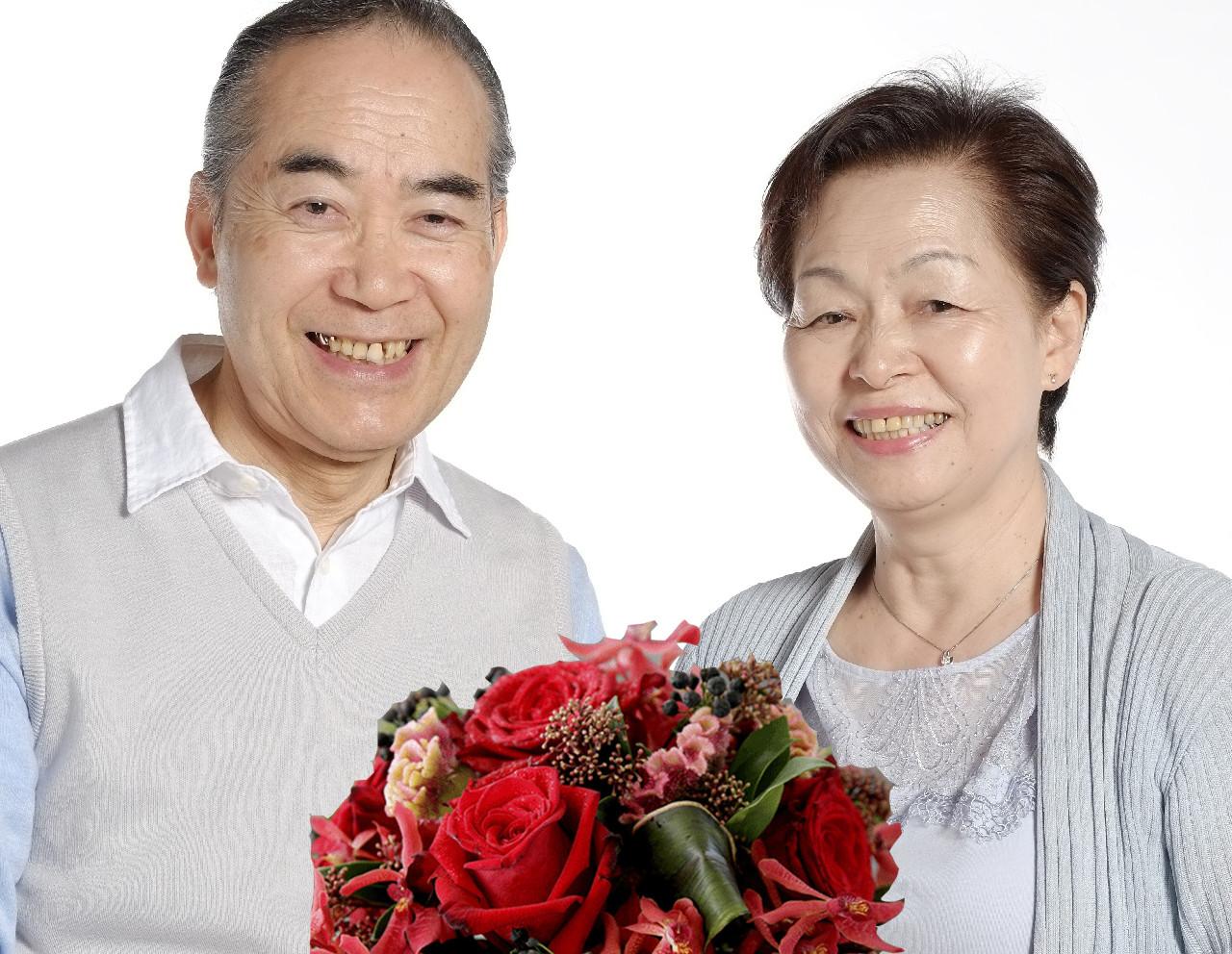 還暦や敬老のプレゼントに赤いお花でパワーをプラスしてあげてください。