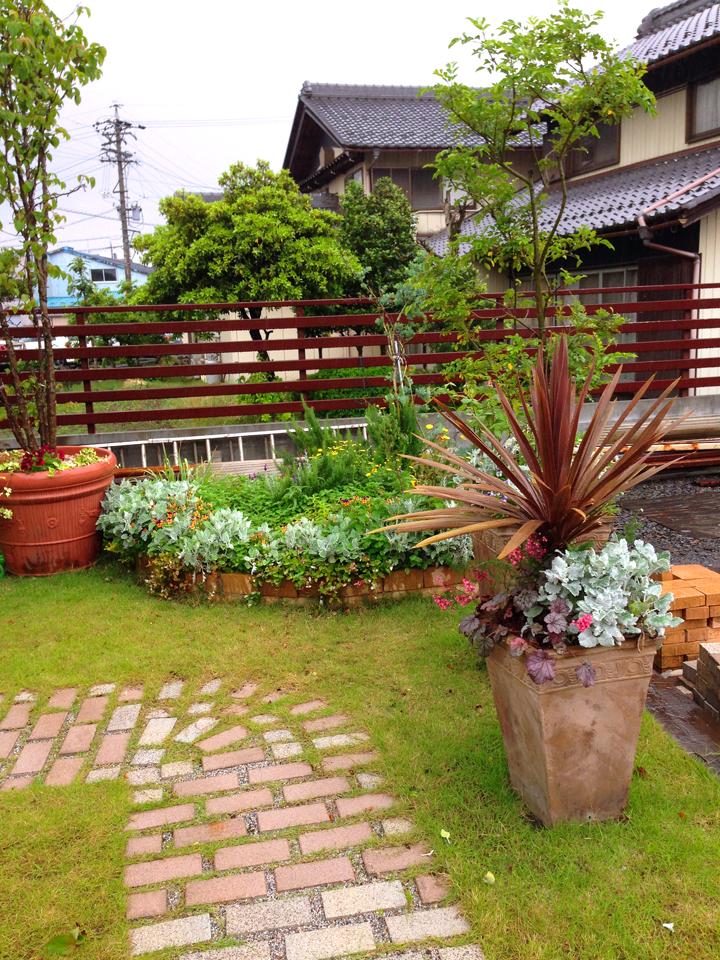 ハーブを主に植えられた花壇